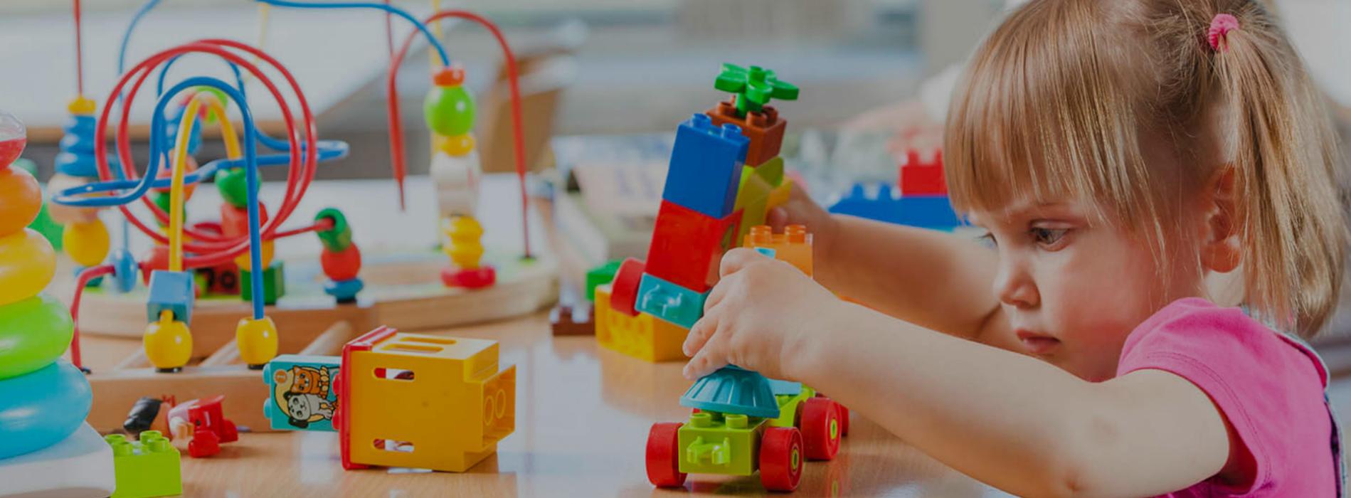 Kind speelt met Lego